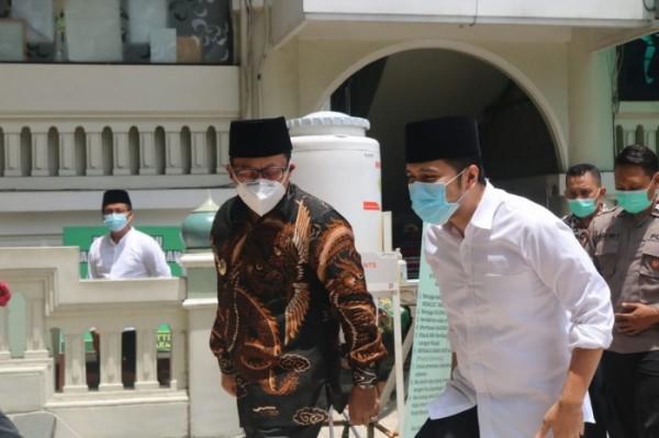 Wakil Gubernur Jawa Timur Emil Elistianto Dardak (baju putih) didampingi Wali Kota Malang Sutiaji saat berkunjung ke Masjid Jami' Kota Malang. (Arifina Cahyanti Firdausi/MalangTIMES).