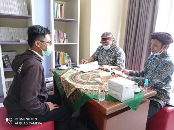 Salah satu peserta saat menjalani tes dengan penguji Anggota Tim Ahli Cagar Budaya (Ist)