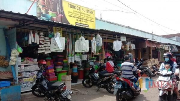 Salah satu toko pedagang yang usai disatroni pencuri di Pasar Madyopuro, Minggu (24/1/2021). (Foto: Tubagus Achmad/ MalangTIMES)