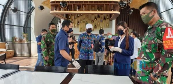 Tim satgas saat sidak di hotel di Kota Batu beberapa saat lalu.