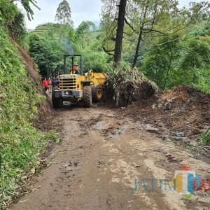 Tanah Longsor Kembali Terjang Bumiaji, 1 Rumah Rusak dan Akses Jalan Tertutup