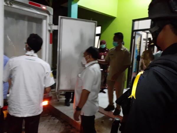 Anggota Kepolisian saat menjaga ketat vaksin covid-19 di Kantor Dinkes Kabupaten Malang, Senin (25/1/2021) (istimewa)