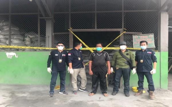 Penyidik Gakkum KLHK usai menyegel perusahaan pengelolaan limbah B3 di Desa Bakalan, Kecamatan Sumobito, Jombang. (Istimewa)