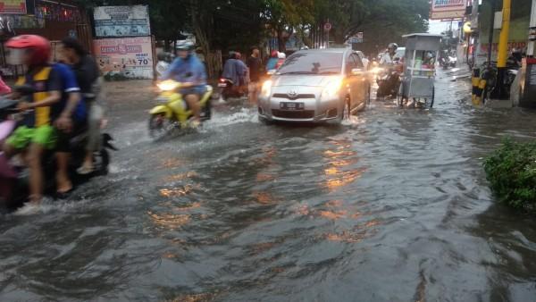 Potret banjir di salah satu kawasan di Kota Malang. (Foto: Istimewa).