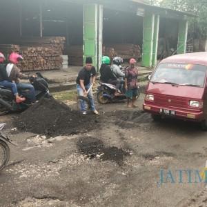 Jalan Rusak Parah, Warga Dua Desa Patungan untuk Perbaikan