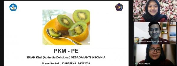Anggota tim PKM-PE meneliti manfaat buah kiwi sebagai anti insomnia saat paparan secara daring (Ist)