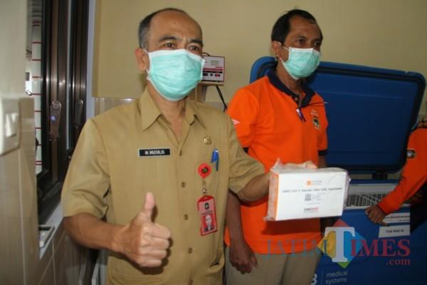 Kepala Dinas Kesehatan Kota Blitar, M Muchlis menunjukkan vaksin Sinovac yang tiba di Kota Blitar