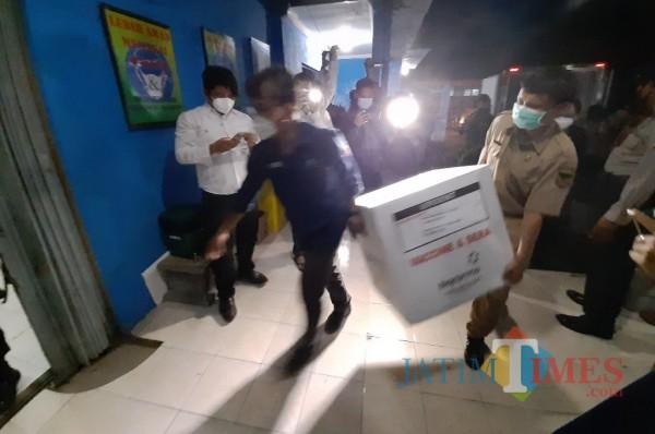 Petugas Dinkes kota kediri memasukkan vaksin Sinovac ke dalam ruang penyimpanan. (eko arif s/Jatimtimes)