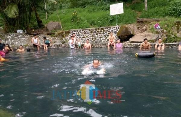 Wisatawan saat berendam di Pemandian Air Panas Cangar beberapa saat lalu. (Foto: dok MalangTIMES)