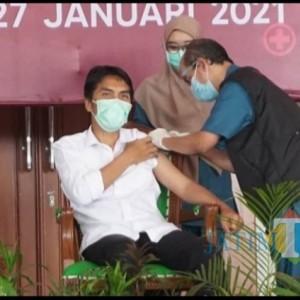 Tiru Jokowi, Bupati Dawami Orang Pertama Divaksin Covid di Madiun