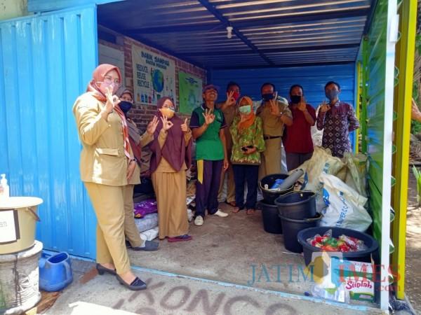 DLH Kabupaten Blitar saat monev di Bank Sampah Bacem Berseri di Desa Bacem, Kecamatan Sutojayan.(Foto : Aunur Rofiq/BlitarTIMES)