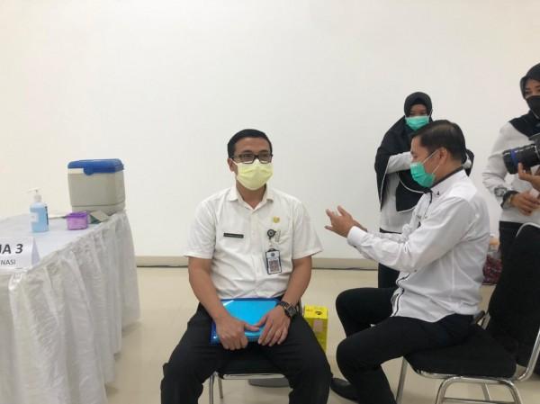Direktur RSUD Kota Malang dr Husnul Muarif (kanan) saat mempraktekkan simulasi vaksin Covid-19 di Mini Block Office, Rabu (27/1/2021). (Foto: Istimewa).