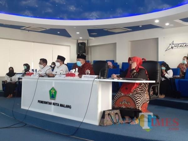 Wali Kota Malang Sutiaji (dua dari kiri) saat mengisi Musrenbang Lansia di NCC Balai Kota Malang, Rabu (27/1/2021). (Arifina Cahyanti Firdausi/MalangTIMES).