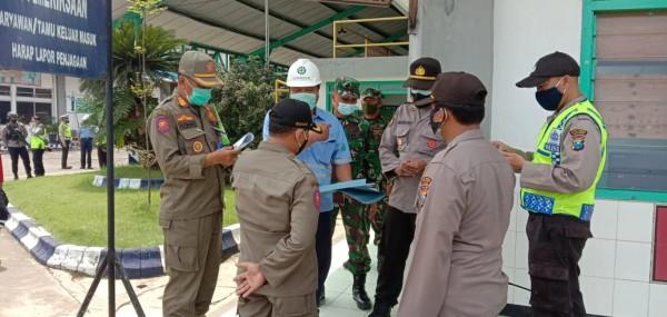 Satpol PP Kabupaten Malang bersama Polres Malang dan TNI saat operasi PPKM jilid pertama. (Humas Polres Malang for MalangTIMES)