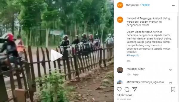 Aksi warga bogem mentah pengendara motor (Foto: Instagram thespot.id)