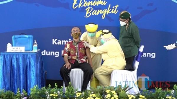 Warga Disabilitas Anjar Rahmansyah saat disuntik vaksin Covid-19 di Kota Malang, Kamis (28/1/2021). (Ahmad Amin/MalangTIMES).