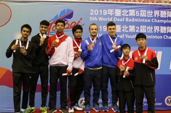 Ilyas Rachman Ryandhani (tiga dari kiri) saat berada di podium juara dalam ajang badminton tingkat internasional di Taiwan pada 2019 . Ist)