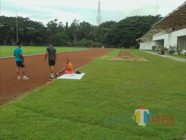 Masyarakat Banyuwangi saat melakukan olahraga di lapangan Atletik GOR Tawangalun Banyuwangi (Nurhadi Banyuwangi/ JatimTIMES)