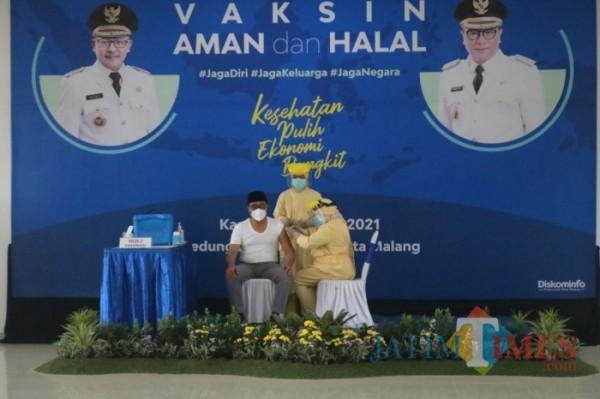 Wakil Wali Kota Malang Sofyan Edi Jarwoko saat divaksin covid-19. (Ahmad Amin/MalangTIMES).