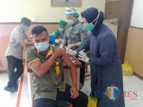 Saat proses vaksinasi berlangsung (Foto: Abror Rosi/ JatimTIMES).