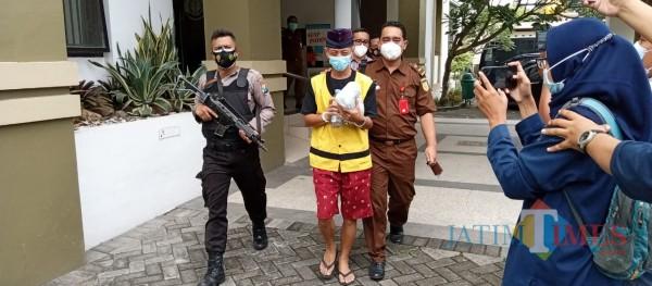 Tersangka korupsi nasabah Batara Pos, Yudi Nugroho digiring ke mobil yang akan membawanya ke Pengadilan Tipikor (Joko Pramono for Jarim TIMES)
