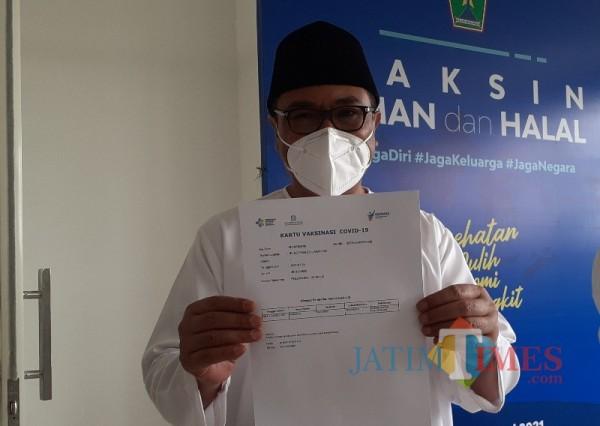 Wakil Wali Kota Malang Sofyan Edi Jarwoko saat menunjukkan sertifikat sudah divaksin Covid-19. (Arifina Cahyanti Firdausi/MalangTIMES).