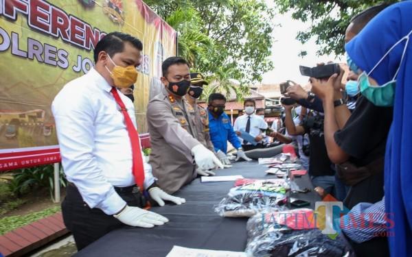 Kapolres Jombang AKBP Agung Setyo Nugroho (tengah) menunjukkan barang bukti kasus persetubuhan. (Foto : Adi Rosul / JombangTIMES)