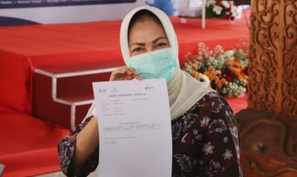Usai divaksin, Wali Kota Batu Dewanti Rumpoko menerima surat keterangan vaksinasi Covid-19 di pendapa rumah dinas wali kota Batu, Kamis (28/1/2021). (Foto: istimewa)