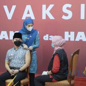 Terima Vaksin Pertama, Bupati Trenggalek Ajak Warga Jangan Takut Divaksin