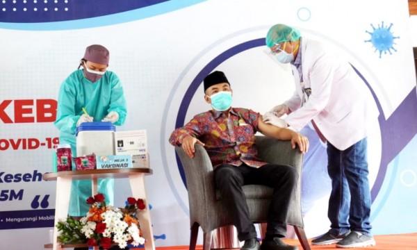 Ketua DPRD Kota Batu Asmadi saat mendapatkan suntikan vaksinasi covid-19 di pendapa rumah dinas wali kota Batu, Jumat (29/1/2021). (Foto: Istimewa)