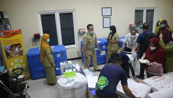 Petugas saat memindahkan Vaksin Sinovac ke tempat khusus Ruang Vaksin Dinas Kesehatan Kota Malang, Senin (25/1/2021). (Foto: Istimewa)