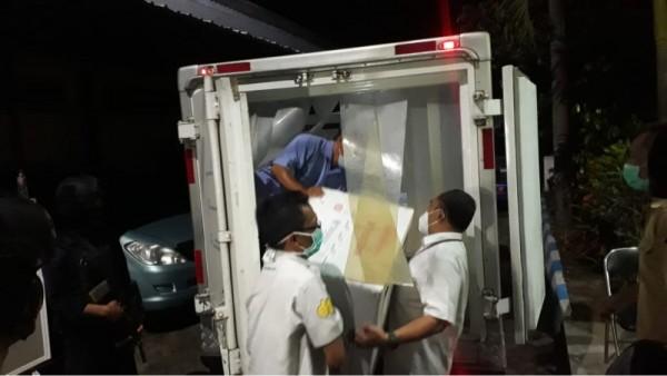 Petugas saat menurunkan vaksin Covid-19 ke kantor Dinkes Kabupaten Malang. (Foto: Istimewa)