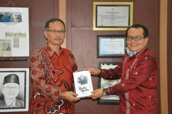 Rektor UIN MALIKI Malang, Prof Abdul Haris saat memberikan souvernir buku puisi karangannya kepada TIM Verifikator ZI Dirjen Pendis Muhammad Aziz Hakim, MH (Ist)