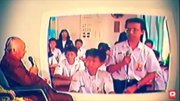 Soeharto saat wawancara dengan siswa SMP melalui daring. (Foto: YouTube Britain Jambi)
