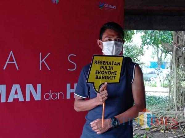 Dedik Setiawan berfoto usai disuntik vaksin di Pendapa Panji, Kepanjen, Sabtu (30/1/2021) (Hendra Saputra/MalangTIMES)
