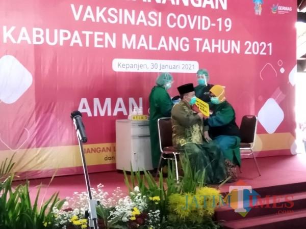 Ketua PCNU Kabupaten Malang Umar Usman saat disuntik vaksin covid-19 di Pendapa Panji, Kepanjen, Sabtu (30/1/2021) (Hendra Saputra/MalangTIMES)