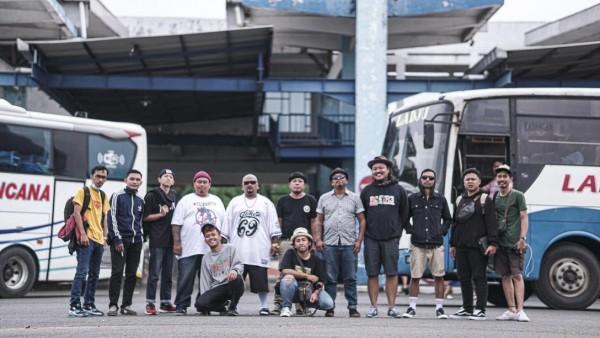 Para personil Begundal Lowokwaru bersama para crew usai pembuatan video klip Kawan Rantau di Terminal Arjosari. (Foto: Dok. Jauhar Alfiyan)
