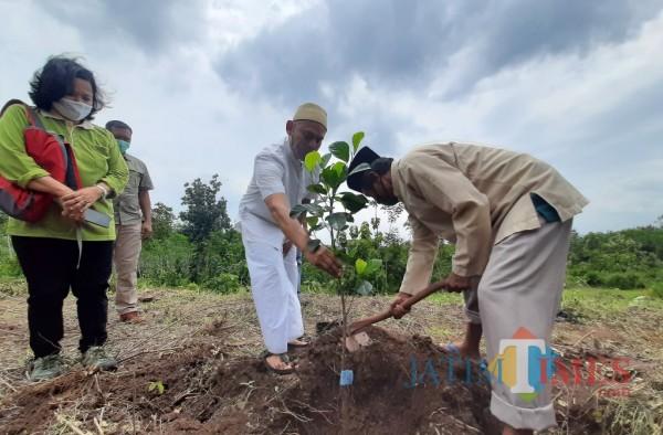 Penanaman ratusan pohon di luas lahan 4 hektar (Eko Arif S/JatimTIMES)