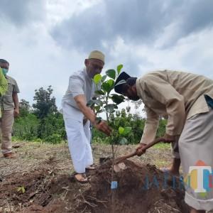 Peduli Lingkungan IAI Tribakti Lirboyo Tanam Ratusan Pohon