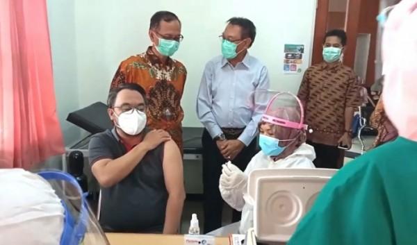 Rektor UIN Malang, Prof Abdul Haris (berdiri memakai batik ) saat memantau proses vaksinasi di Klinik UMMI (Ist)