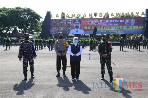 Gelar pasukan yang dilakukan Forkopimda Jatim untuk tekan angka covid-19. (Foto: JatimTIMES).