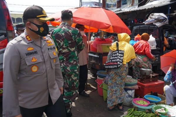 Kapolres Malang AKBP Hendri Umar saat meninjau prokes di Pasar Lawang (foto: Humas Polres Malang for MalangTIMES)