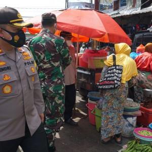 Sambangi Pasar Tradisional, Tim Razia PPKM Bagi Masker kepada Pengunjung