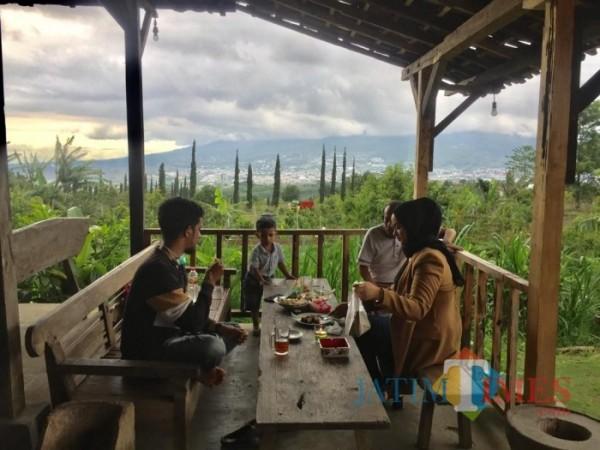 Beberapa pengunjung menikmati hidangan di Kafe Sontoloyo. (Foto: Irsya Richa/MalangTIMES)