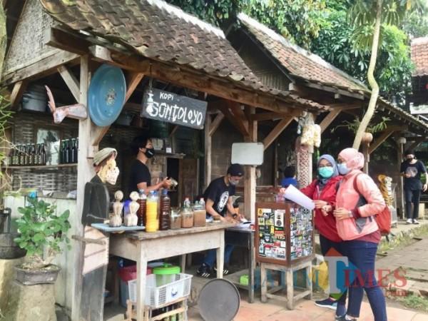 Pengunjung saat akan memesan menu di Sontoloyo. (Foto: Irsya Richa/MalangTIMES)