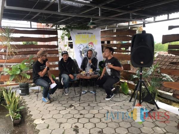 """Para personil Primitive Chimpanze saat melakukan bedah album ketiga bertajuk """"Ruja"""" di salah satu cafe Kota Malang. (Foto: Istimewa)"""