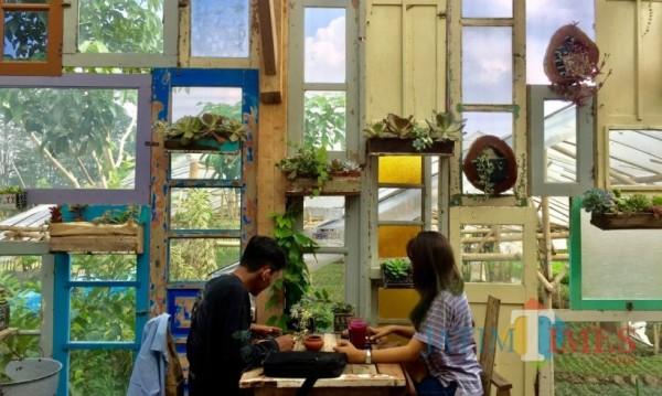 Pengunjung saat menikmati ngopi di Retrorika Cafe Bar & Resto. (Foto: Irsya Richa/MalangTIMES)