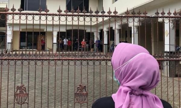 Wali Kota Batu Dewanti Rumpoko saat menyapa warga yang diisolasi di Hotel Mutiara Baru beberapa saat lalu. (Foto: istimewa)