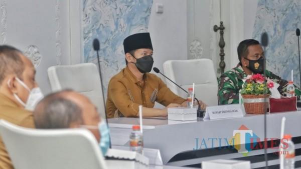 Bupati Trenggalek, Mochamad Nur Arifin saat pimpin rapat koordinasi di Smart Center, Trenggalek