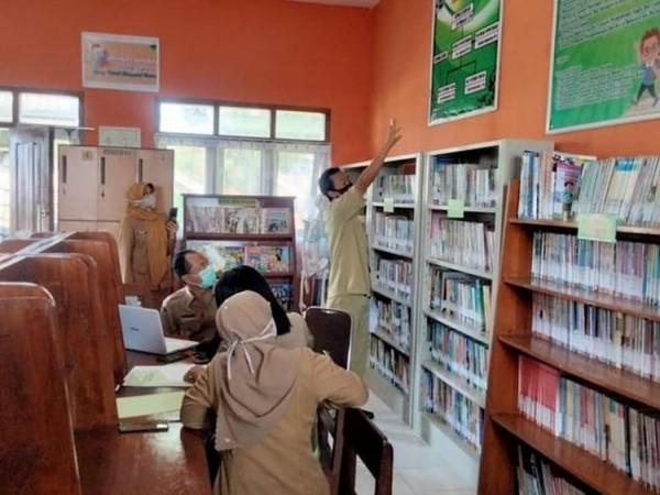 Dinas Perpustakaan dan Kearsipan (Disperpusip)Kota Batu saat melihat kesiapan perpustakaan di SDN Junrejo 01 beberapa saat lalu.